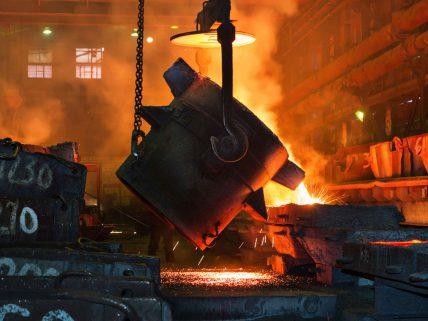 Ein Kübel in einem Stahlwerk mit extrem heißer Flüssigkeit wird entleert.