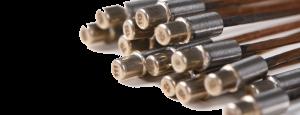 14 übereinander gestapelte Stick-Sensors S. Der Sensor besteht aus einem runden, metallischen Sensorkopf und einem beliebig langem Kupferkabel.